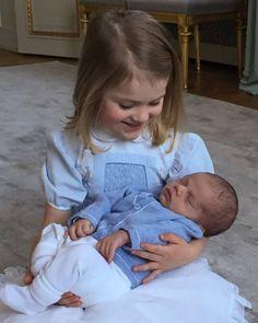 Ein Herz und eine Seele Ganz stolz hält Prinzessin Estelle ihren kleinen Bruder Oscar im Arm. by Facebook/Kungahuset