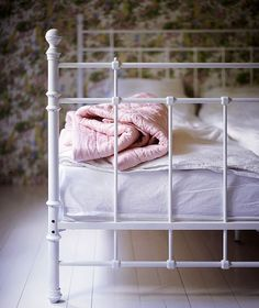 Iron beds can look very stylish in your bedroom. Mixing modern furniture with vintage iron bed will make your bedroom chic and beautiful. Antique Iron Beds, Wrought Iron Beds, Cozy Bedroom, Bedroom Decor, Bedding Decor, Grey Bedding, White Iron Beds, Brass Bed, Iron Furniture