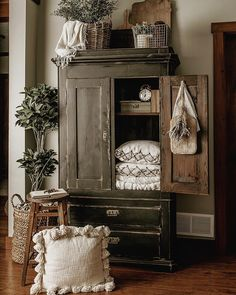 Idee per mobili Country – Recycled Furnitures Ideas French Country Bedrooms, French Country Decorating, Country Bathrooms, Farmhouse Bathrooms, Home Living Room, Living Room Decor, Ideas Dormitorios, Antique Wardrobe, Estilo Country