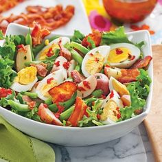 When you think salad, you do not necessarily think of eggs, green beans, baby potatoes … and bacon! Salade de pommes de terre aux œufs et haricots verts Caprese Salat, Potato Salad With Egg, Salad Dressing Recipes, How To Cook Quinoa, Buffets, Healthy Salads, Bacon, Paleo Recipes, Green Beans