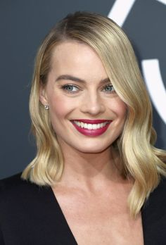 Margot Robbie, the I, Tonya star is one of our all-time favorites when it comes to mesmerizing makeup looks. Case in point that magical, magenta pout. Plus, for hair that sparkles like. Cabelo Margot Robbie, Atriz Margot Robbie, Margot Robbie Photos, Actress Margot Robbie, Margo Robbie, Bold Makeup Looks, Celebrity Makeup Looks, Make Up Looks, Hot Hair Styles