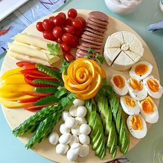 La formalización de los cortes a la mesa de Año Nuevo. Party Snacks, Appetizers For Party, Appetizer Recipes, Party Food Platters, Food Trays, Charcuterie Platter, Food Carving, Food Garnishes, Party Buffet