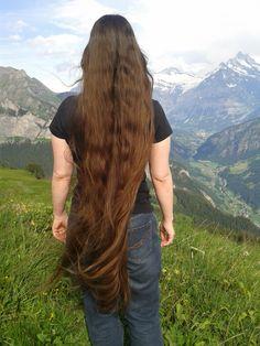 Lucie die Geheimwaffe ist Understatement. Die Intensität dieser lange Frisur kommt von seiner Einfachheit. Ein Mittelteil hält die Dinge ausgeglichen, ebenso wie die Linie gerade und stumpfe von Bangs. Das Haar fällt die Rückseite und die Seiten in gut genährt und ultra schlanke Onyx Ausstrahlung mit leicht texturierte enden. Dieser Schnitt sieht gut öffnen und frei, sondern bietet unzählige Styling-Optionen.