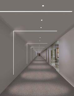 rasgos de luz na parede e teto que demarcam a circulação do corredor.