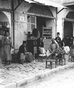 مقهى الباسطي طؤيث الواد في القدس البلدة القديمة عام 1927 Al-Masri café in Al-Sadr Al-Wad Street - Jerusalem old city - Palestine