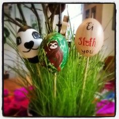 Bemalte Ostereier mit Faultieren von Lovely Sloth - DIY easter eggs with sloths
