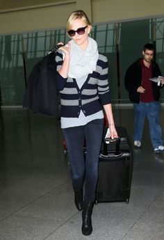 Шарлиз Тэрон (Charlize Theron) Charlize Theron Style, Scarf Cardigan, Striped Cardigan, Cool Outfits, Casual Outfits, Airport Style, Airport Chic, Sophisticated Style, Autumn Winter Fashion