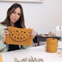 Crochet Bags Aprende a tejer un Clutch de trapillo con solapa. Crochet Clutch, Crochet Handbags, Crochet Purses, Crochet Bags, Love Crochet, Learn To Crochet, Diy Crochet, Purse Patterns, Crochet Patterns
