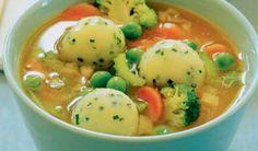 Minestrone so zemiakovými guľkami.     Nové zemiaky, jarná mrkva, brokolica či bylinky... Všetky tieto suroviny sú v pestrých receptoch, ktoré sme pripravili.