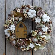 Speaking of lounger – door decoration with fairy door (anniesdesign – Door Types Wooden Door Paint, Painted Doors, Wooden Doors, Wreath Crafts, Diy Wreath, Door Wreaths, Shell Wreath, Fabric Wreath, Button Crafts