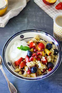Mit diesem Beeren Frühstückscouscous lässt es sich lecker und gesund in den Tag starten- ein Rezept, das super vorzubereiten ist