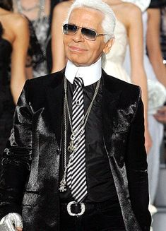 About Karl Lagerfeld: Karl Otto Lagerfeld was a German creative director, artist, photographer and caricaturist who lived in Paris. Karl Lagerfeld Choupette, Outfits Damen, Komplette Outfits, I Love Fashion, World Of Fashion, Mens Fashion, Business Outfit Damen, Karl Otto, High Collar Shirts