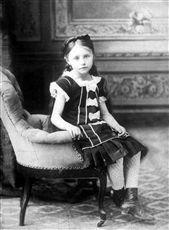 Colette (1873-1954), écrivain français, à l'âge de 5 ans.