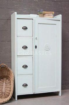 Broodkast 10250 - Mooie oude broodkast met een opstaande rand bovenop. De kast heeft een frisse mint-groene kleur, met op de deur een ventilatie rooster.