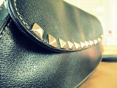 Wobisobi: What a Stud. DIY, Purse Re-Style with studs.