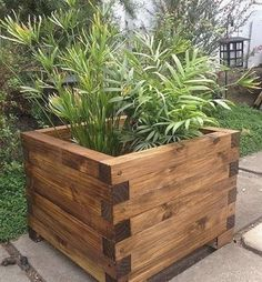 DIY pallet and wood planter box ideas don't have to be predictable. Discover the best designs that will give your deck a touch of style in DIY planter box designs, plans, ideas for vegetables and flowers Diy Wood Planters, Garden Planter Boxes, Wood Planter Box, Outdoor Planters, Planter Ideas, Raised Planter Boxes, Outdoor Decor, Diy Wood Projects, Garden Projects
