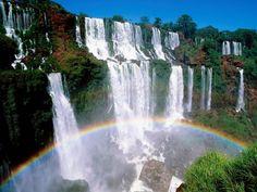 Las cataratas del Iguazú    Las cataratas del Iguazú se localizan en la Provincia de Misiones, en el Parque Nacional Iguazú, Argentina, y en el Parque Nacional do Iguazú del estado de Paraná, Brasil.    Están formadas por 275 saltos de hasta 80 m de altura de los cuales el 80% están del lado argentino, alimentados por el caudal del río Iguazú. La garganta del Diablo es el punto mas alto y el de mayor caudal , el cual se puede disfrutar desde solo 50 metros.