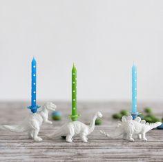 Spielzeugdinos als Kerzenhalter