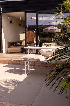 Tuin met lichte tegels van 123 sierbeatrating. Biertafel en zwarte uitbouw Outdoor Furniture, Outdoor Decor, Sun Lounger, Seaside, Vacation, Garden, Home Decor, Chaise Longue, Vacations