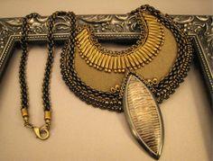 Halskette Phönix Perlenstickerei Schwarz und Bronze von BeadFizz