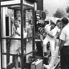 This photo was captured while shooting the film Rosemary's Baby The actress Mia Farrow and the director Roman Polanski can be seen in this picture. Mia Farrow, Roman Polanski, Scary Movies, Good Movies, Larp, Rosemaries Baby, Actor Secundario, Rose Marie, Horror Films