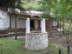 Aljibe o pozo de agua en el patio del rancho serrano, San Luis.