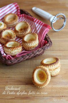 Voulevant di pasta sfoglia fatti in casa, fraganti, freschi buonissimi, pronti per accogliere creme, mousse e tanto altro.