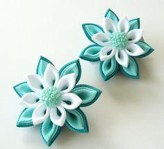 Flores de tela Kanzashi. Juego de 2 pinzas de pelo. Tonos de blanco y menta.