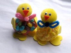 These cute little Easter jelly bean chicks make the perfect gift for teachers, friends or family. You'll need jelly beans, sandwich bag, pom poms, foam hearts, chenille stems. So easy the kids can make them. #Kids #Crafts #Teacher