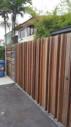 Gate with horizontal vertical strips of wood - Alles über den Garten Main Gate Design, Door Gate Design, Fence Design, Patio Design, Exterior Design, Front Fence, Fence Gate, Backyard Fences, Backyard Landscaping