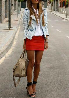 Rouge. Blanc. Bleu pâle.