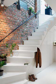 При достаточной ширине ступеней и небольшой высоте лестницы можно обойтись и без перил –это сделает всю конструкцию визуально легче. Еще один вариант –перило-поручень только со стороны стены
