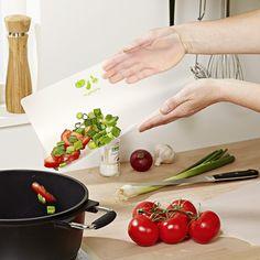 Plus souples et hygiéniques que les planches classiques ! Planches à découper en plastique robuste et non poreux, idéal pour la viande, les légumes, le poisson, etc.  En polypropylène, avec symboles aliments. 30 x 22 x 0,06 cm.