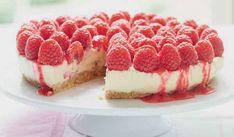 Mary Berry's Strawberry Pavlova Recipe - Summer Dessert Recipes! Mary Berry Cheesecake, White Chocolate Raspberry Cheesecake, Lime Cheesecake, Cheesecake Recipes, Dessert Recipes, Mary Berry Desserts, Pie Dessert, Nutella, Strawberry Pavlova
