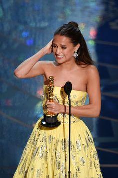 Pin for Later: Die 40 besten Fotos der Oscars Alicia Vikander war von ihren Gefühlen überwältigt als sie ihren Preis entgegen nahm.