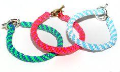 DIY - Lanyard bracelet tutorial with excellent pictures. Gimp Bracelets, Lanyard Bracelet, Lace Bracelet, Bracelet Making, Friendship Bracelets, Jewelry Making, Jewelry Box, Lanyard Crafts, Jewelry Crafts