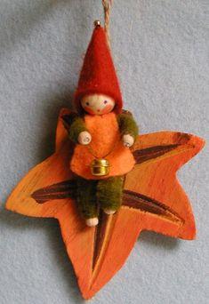 """""""How about making a leaf pocket for their Fairy"""" ~ (Dutch) Atelier Pippilotta :: Schatkist Waldorf Crafts, Waldorf Dolls, Steiner Waldorf, Felt Diy, Felt Crafts, Diy Crafts, Christmas Tree Ornaments, Christmas Crafts, Pretty Pegs"""