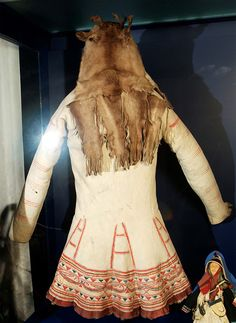 Innu hunters use to wear caribou skin coats decorated with motifs that represented a symbolic map of the spirit world American Indian Art, Native American Indians, Native Americans, Plains Indians, Newfoundland And Labrador, Indigenous Art, Native Art, Shirt Jacket, Costume Design