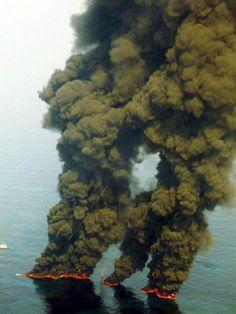 Contaminación: Fotografía de archivo facilitada por el servicio de guardacostas estadounidense el 20 de mayo de 2010 que muestra la quema de crudo procedente del vertido causado por la explosión de la plataforma de British Petroleum Deepwater Horizon, en el Golfo de México (EEUU)