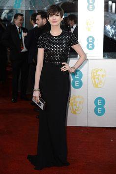 Todas las fotos de la alfombra roja de los Bafta 2013: Anne Hathaway de Burberry | Galería de fotos 2 de 35 | Vogue