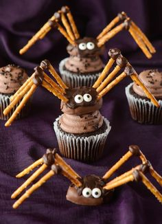 Get delicious, creative ideas for Halloween cupcakes right here that will be the perfect addition to your spooky Halloween party. These Halloween desserts are easy and fun to make. Halloween Desserts, Muffins Halloween, Halloween Cupcakes Easy, Halloween Treats For Kids, Cute Desserts, Halloween Food For Party, Spooky Halloween, Halloween Goodies, Halloween Costumes