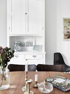 A lovely monochrome and light wood Swedish home (via Bloglovin.com )
