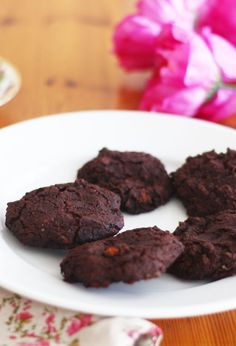 Chocolate Cardamom Sweet Potato Cookies These low sugar, gluten-free and dairy-free cookies are perfect for the holiday season. Cheap Dessert Recipes, Delicious Cookie Recipes, Yummy Cookies, Easy Desserts, Baking Recipes, Bar Recipes, Healthy Desserts, Free Recipes, Vegan Recipes