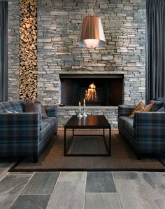 Norvég nappali modern burkolt kandallóval (With images) Outdoor Wood Burning Fireplace, Modern Fireplace, Fireplace Design, Luxury Homes Interior, Modern Interior, Home Interior Design, Living Room Decor Fireplace, Small Modern House Plans, Stacked Stone Fireplaces