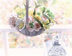 Жизнерадостная картинка, не правда ли? Это потому что из корзинки выглядывают цветочки, которые не вянут. А за окном разноцветное конфетти! С одной стороны не вянут это здорово. С другой стороны могут ведь и надоесть. Но если сделать цветы с душой, то они долго будут радовать глаз, проверено на себе 😊😊💐 цветы ручной работы из глины Deco
