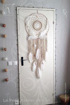 Décoration d'intérieur Fait-Main avec des fils de jute couleur naturelle, des fils de coton beige-crème, marron caramel, des fils d'aluminium Blanc Pastel et Perle pour les spirales et Argent pour le mini attrape-rêves (Ø0,8/Ø2). Plusieurs types de perles ont été utilisées : des perles spirales et des anneaux en fils aluminium Blanc Pastel et Perle (faits à la main), deux perles aluminium spéciales, des perles métalliques dites tibétaines et des perles acier, des perles décoratives blanches…