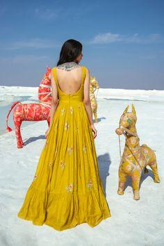 Simple Kurta Designs, Kids Blouse Designs, Kurta Designs Women, Stylish Dress Designs, Stylish Dresses, Indian Fashion Dresses, Dress Indian Style, Indian Designer Outfits, Ethnic Outfits