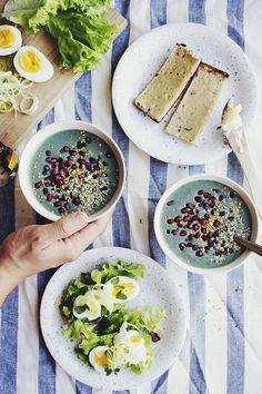 Spirulina – och jordgubbssmoothie   mjukt bröd med ägg