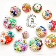 「ねえさん、そろそろワシら仕上げてくれませんか⁉️」と、プレッシャーを感じる勢揃い  ブローチピン買いに行かねば…  ピアスorイヤリング予定の子は仕上げてしまおう  #embroidery #LEINIKKI #capucine  #ビーズ刺繍 #ウール刺繍 #刺繍アクセサリー  #ハンドメイドアクセサリー #くるみぼたん