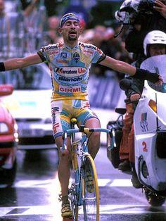 Tour de France 1998 | Marco Pantani guanya la 15a etapa a Les Deux Alpes i li pren el maillot de líder a Jan Ullrich. Aquell any, el Pirata havia guanyat el Giro i dies després també guanyaria el 'Tour del Festina'. Pin en homenatge coincidint amb el desè aniversari de la seva mort.